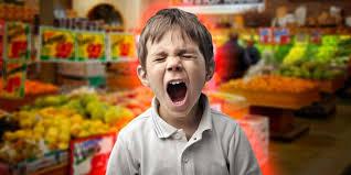 colère de l'enfant dans un supermarché